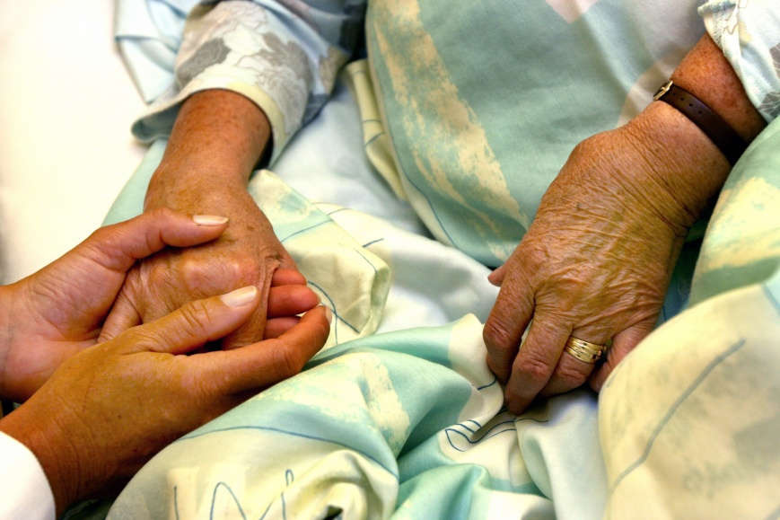 Seniorin mit Pflegerin