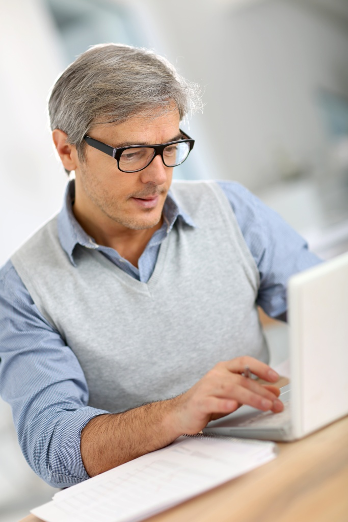 Senior Man on Laptop_Fotolia_61314537_XXL.jpg
